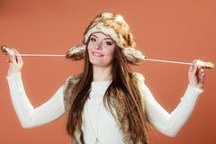 Κορίτσι στη γούνα ΚΑΠ Στοκ Εικόνα
