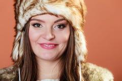 Κορίτσι στη γούνα ΚΑΠ Στοκ φωτογραφίες με δικαίωμα ελεύθερης χρήσης