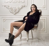Κορίτσι στη γούνα coatt και τις μπότες Στοκ εικόνα με δικαίωμα ελεύθερης χρήσης