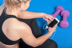 Κορίτσι στη γυμναστική που ελέγχει το τηλέφωνό της Στοκ εικόνες με δικαίωμα ελεύθερης χρήσης
