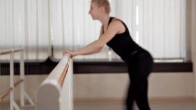 Κορίτσι στη γυμναστική στούντιο ικανότητας Pilates με το μπαλέτο χορού κατάρτισης για το τέντωμα και το σπάγγο φιλμ μικρού μήκους