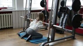Κορίτσι στη γυμναστική απόθεμα βίντεο