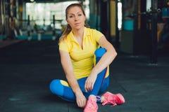 Κορίτσι στη λέσχη ικανότητας Νέα συνεδρίαση αθλητών γυναικών στο πάτωμα στη γυμναστική Στοκ Φωτογραφίες