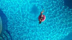 Κορίτσι στη λίμνη άποψη κηφήνων φιλμ μικρού μήκους