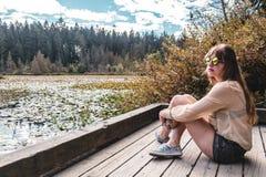 Κορίτσι στη λίμνη καστόρων στο πάρκο του Stanley, Βανκούβερ, Π.Χ., Καναδάς Στοκ Φωτογραφίες