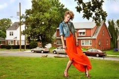 Κορίτσι στη μακριά φούστα έξω Στοκ Εικόνες