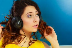 Κορίτσι στη μεγάλη χαλάρωση μουσικής ακούσματος ακουστικών mp3 Στοκ Φωτογραφίες