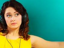 Κορίτσι στη μεγάλη χαλάρωση μουσικής ακούσματος ακουστικών mp3 Στοκ εικόνα με δικαίωμα ελεύθερης χρήσης