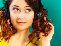 Κορίτσι στη μεγάλη χαλάρωση μουσικής ακούσματος ακουστικών mp3 Στοκ εικόνες με δικαίωμα ελεύθερης χρήσης