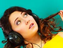 Κορίτσι στη μεγάλη χαλάρωση μουσικής ακούσματος ακουστικών mp3 Στοκ φωτογραφία με δικαίωμα ελεύθερης χρήσης