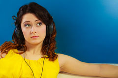 Κορίτσι στη μεγάλη χαλάρωση μουσικής ακούσματος ακουστικών mp3 Στοκ Εικόνες