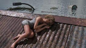 Κορίτσι στη στέγη στην έννοια υπερθέρμανσης του πλανήτη Στοκ εικόνα με δικαίωμα ελεύθερης χρήσης