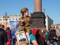 Κορίτσι στη στρατιωτική στολή την ημέρα διακοπών της νίκης, στις 9 Μαΐου, Ρωσία στοκ εικόνα με δικαίωμα ελεύθερης χρήσης