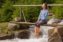 Κορίτσι στη συνεδρίαση πουλόβερ στοκ εικόνες με δικαίωμα ελεύθερης χρήσης