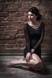 Κορίτσι στη συνεδρίαση πουλόβερ Στοκ Φωτογραφία