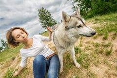 Κορίτσι στη φύση με ένα σκυλί Στοκ Φωτογραφίες