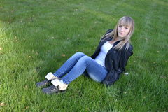 Κορίτσι στη χλόη Στοκ εικόνα με δικαίωμα ελεύθερης χρήσης