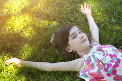 Κορίτσι στη χλόη Στοκ Εικόνες