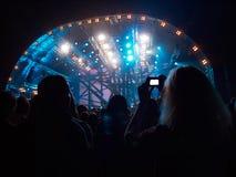 Κορίτσι στη takeing εικόνα πλήθους του σταδίου Στοκ Εικόνες