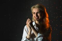 Κορίτσι στις άσπρες πτώσεις πουκάμισων και νερού πίσω και arround αυτή που φωτίζεται από το φως κατά τη διάρκεια ενός photoshoot  Στοκ εικόνες με δικαίωμα ελεύθερης χρήσης