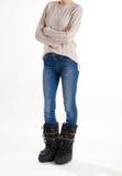 Κορίτσι στις μπότες, τα τζιν και το πουλόβερ φεγγαριών Στοκ φωτογραφία με δικαίωμα ελεύθερης χρήσης
