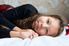 Κορίτσι στις πυτζάμες στο πρωί Χριστουγέννων Στοκ Εικόνα