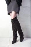 Κορίτσι στις υψηλές μαύρες μπότες, lookbook, υψηλές μπότες δέρματος γυναικών ` s Στοκ Εικόνες