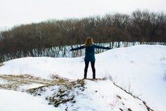 Κορίτσι στις χειμερινές στάσεις σε έναν λόφο με τα χέρια του επάνω έννοια της ελευθερίας ή της νίκης στοκ φωτογραφίες με δικαίωμα ελεύθερης χρήσης