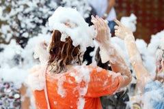 Κορίτσι στον αφρό σαπουνιών στη συναυλία στοκ εικόνες