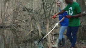 Κορίτσι στον εθελοντικό καθαρισμό φιλμ μικρού μήκους