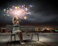 Κορίτσι στον πάγκο Στοκ φωτογραφία με δικαίωμα ελεύθερης χρήσης