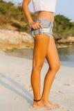 Κορίτσι στον περίπατο σορτς στην παραλία Στοκ φωτογραφία με δικαίωμα ελεύθερης χρήσης