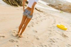Κορίτσι στον περίπατο σορτς στην παραλία Στοκ Εικόνα