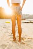 Κορίτσι στον περίπατο σορτς στην παραλία Στοκ Εικόνες
