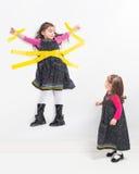 Κορίτσι στον τοίχο Στοκ Φωτογραφίες