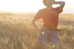 Κορίτσι στον τομέα στοκ φωτογραφία με δικαίωμα ελεύθερης χρήσης