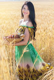 Κορίτσι στον τομέα σίκαλης με το καλάθι των κουλουριών και των ρόλων Στοκ εικόνες με δικαίωμα ελεύθερης χρήσης