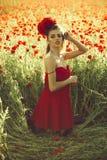 κορίτσι στον τομέα του σπόρου παπαρουνών στοκ φωτογραφία με δικαίωμα ελεύθερης χρήσης