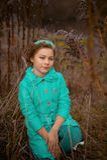 Κορίτσι στους τεράστιους θάμνους Στοκ φωτογραφία με δικαίωμα ελεύθερης χρήσης