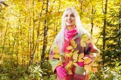 Κορίτσι στο δάσος φθινοπώρου στοκ εικόνες με δικαίωμα ελεύθερης χρήσης