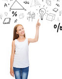 Κορίτσι στο άσπρο πουκάμισο που δείχνει την ιδέα Στοκ φωτογραφία με δικαίωμα ελεύθερης χρήσης