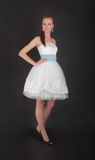 Κορίτσι στο άσπρο φόρεμα βραδιού Στοκ φωτογραφία με δικαίωμα ελεύθερης χρήσης