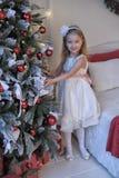 Κορίτσι στο άσπρο φόρεμα στο χριστουγεννιάτικο δέντρο Στοκ Εικόνες