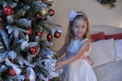 Κορίτσι στο άσπρο φόρεμα στο χριστουγεννιάτικο δέντρο Στοκ φωτογραφίες με δικαίωμα ελεύθερης χρήσης