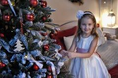 Κορίτσι στο άσπρο φόρεμα στο χριστουγεννιάτικο δέντρο Στοκ φωτογραφία με δικαίωμα ελεύθερης χρήσης