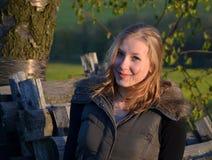 Κορίτσι στο δέντρο κερασιών που εξισώνει την άνοιξη Στοκ Εικόνα