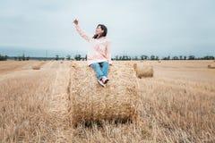 Κορίτσι στο αδιάβροχο Κορίτσι πορτρέτου φθινοπώρου hipster σε ένα παλτό Το κορίτσι κάνει selfie Στοκ Εικόνα
