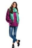 Κορίτσι στο απότομα πορφυρό παλτό Στοκ Εικόνες