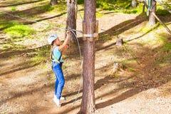 Κορίτσι στο αρθρωμένο ίχνος στο ακραίο πάρκο σχοινιών στοκ φωτογραφίες