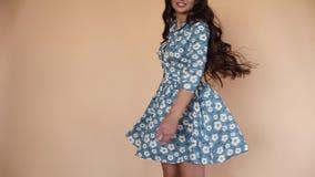 Κορίτσι στο αρκετά μπλε φόρεμα με τα λουλούδια που στρίβουν γύρω φιλμ μικρού μήκους